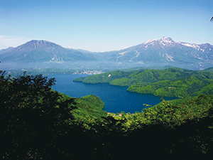 photo of A panoramic view of Lake Nojiri viewed from the Sugekawa forest road. Mt. Kurohime and Mt. Myoko (from left.)