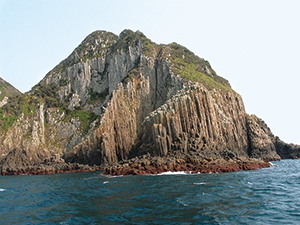 photo of Ajikajima Island formed with well-developed columnar joints