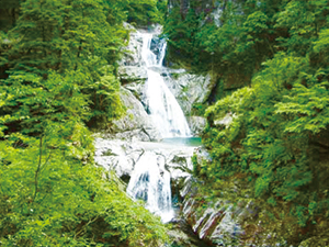 photo of Nanatsu-gama Falls